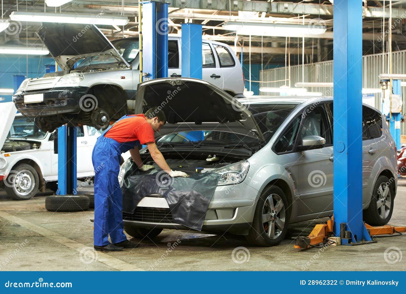 汽车机械师在工作