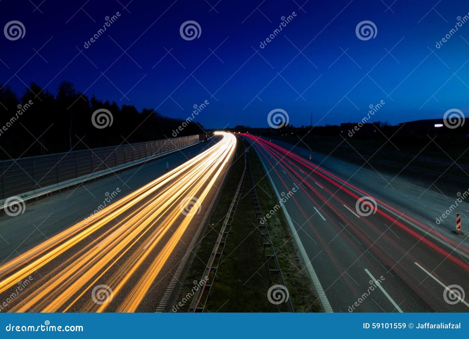 从汽车的光足迹在高速公路