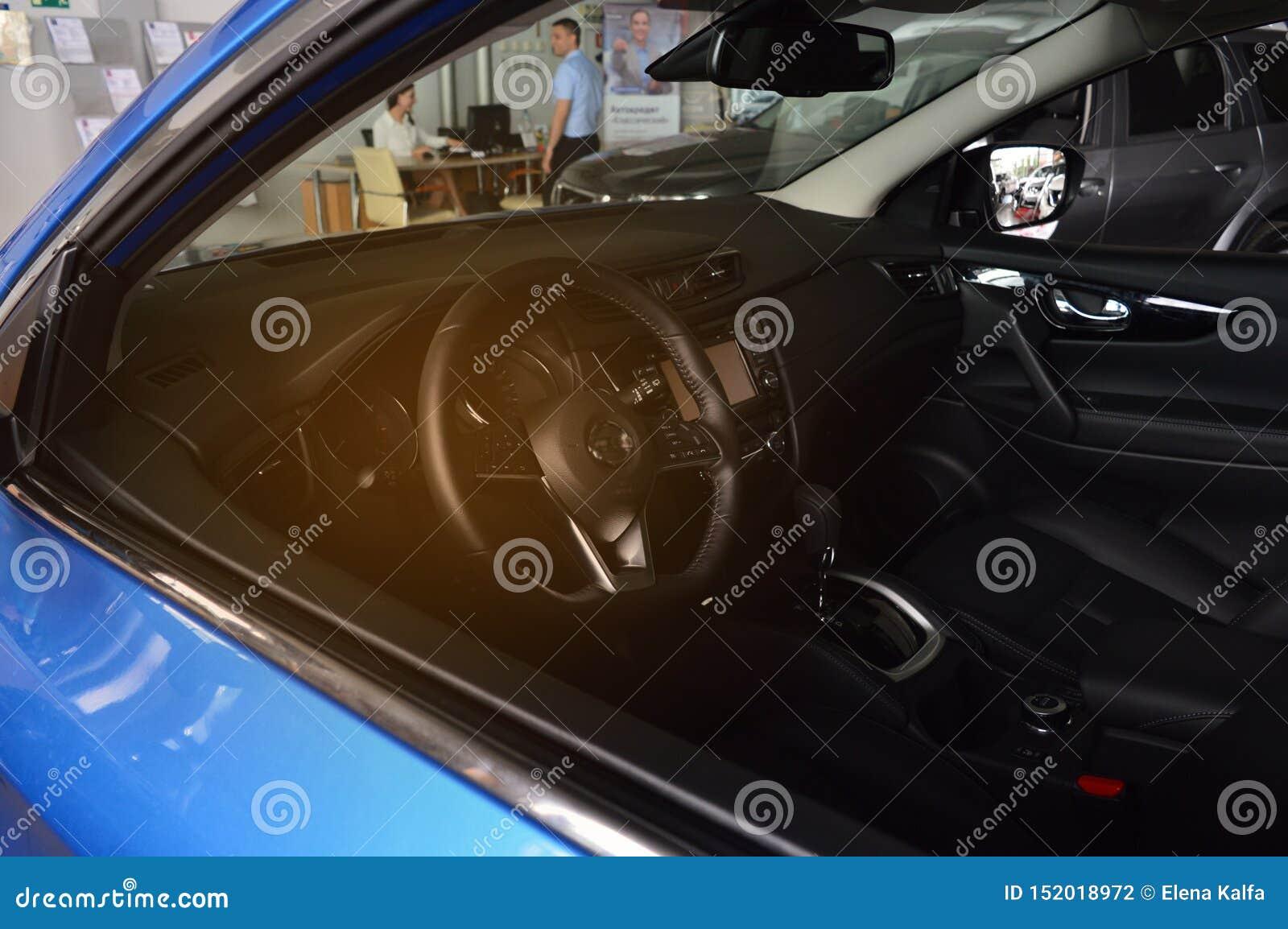 汽车的里面,在背景中一个人买汽车并且写文件 售车行汽车购买,贷款,谎话