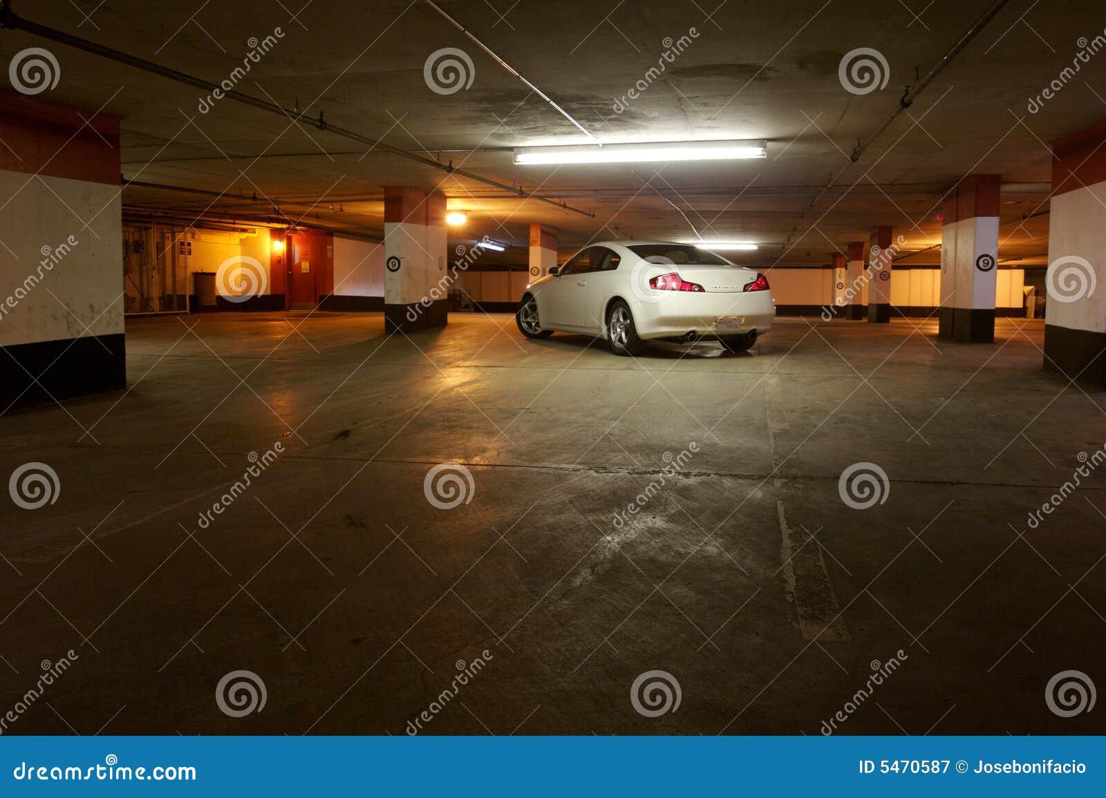 汽车空的停车库停放了