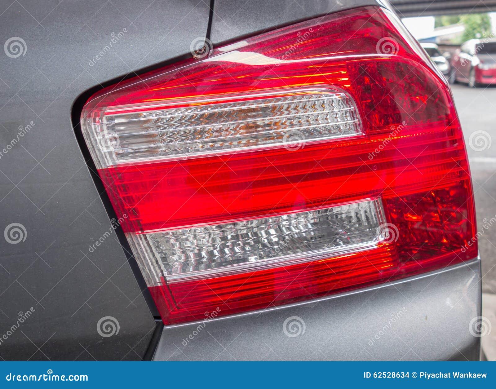 汽车红色和白色车后灯