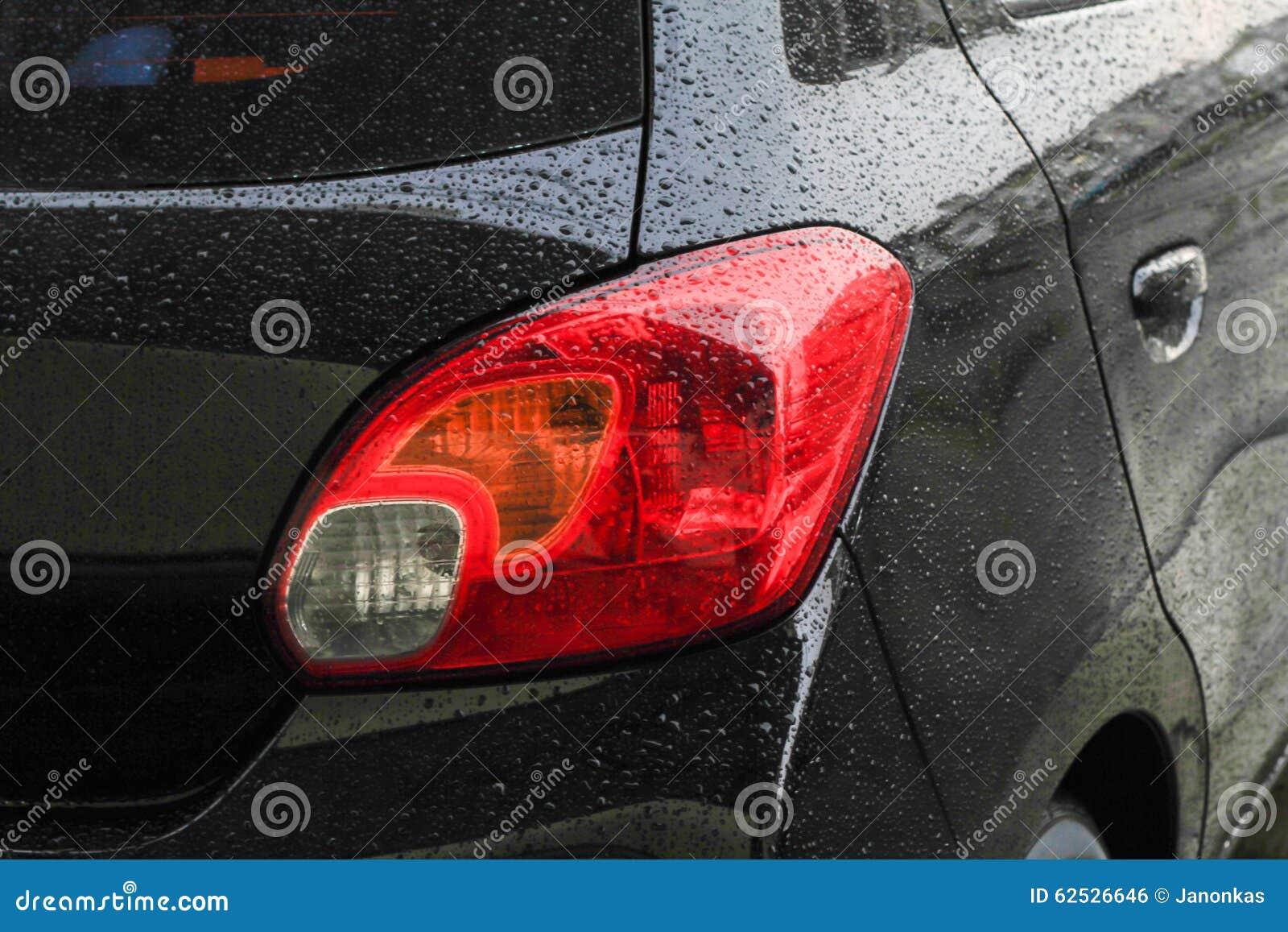 汽车表面上的雨珠