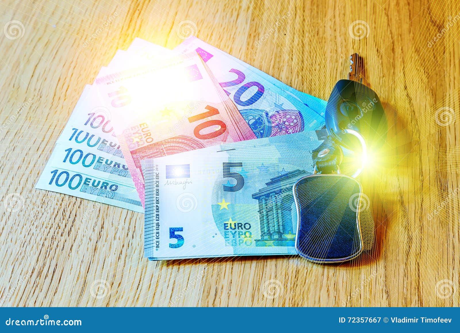 汽车钥匙在欧洲钞票和木桌放置