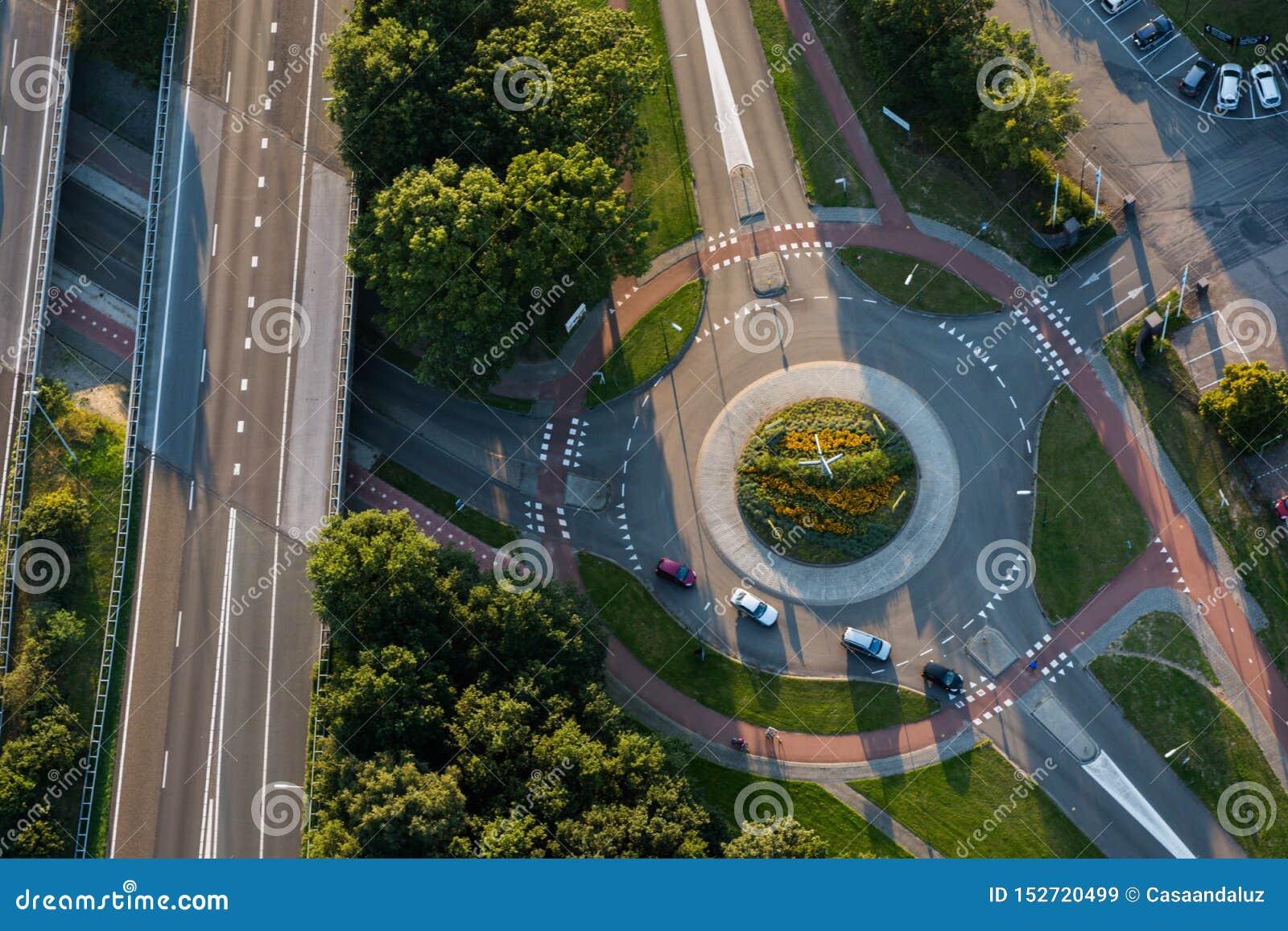 汽车鸟瞰图在环形交通枢纽和相交的路的