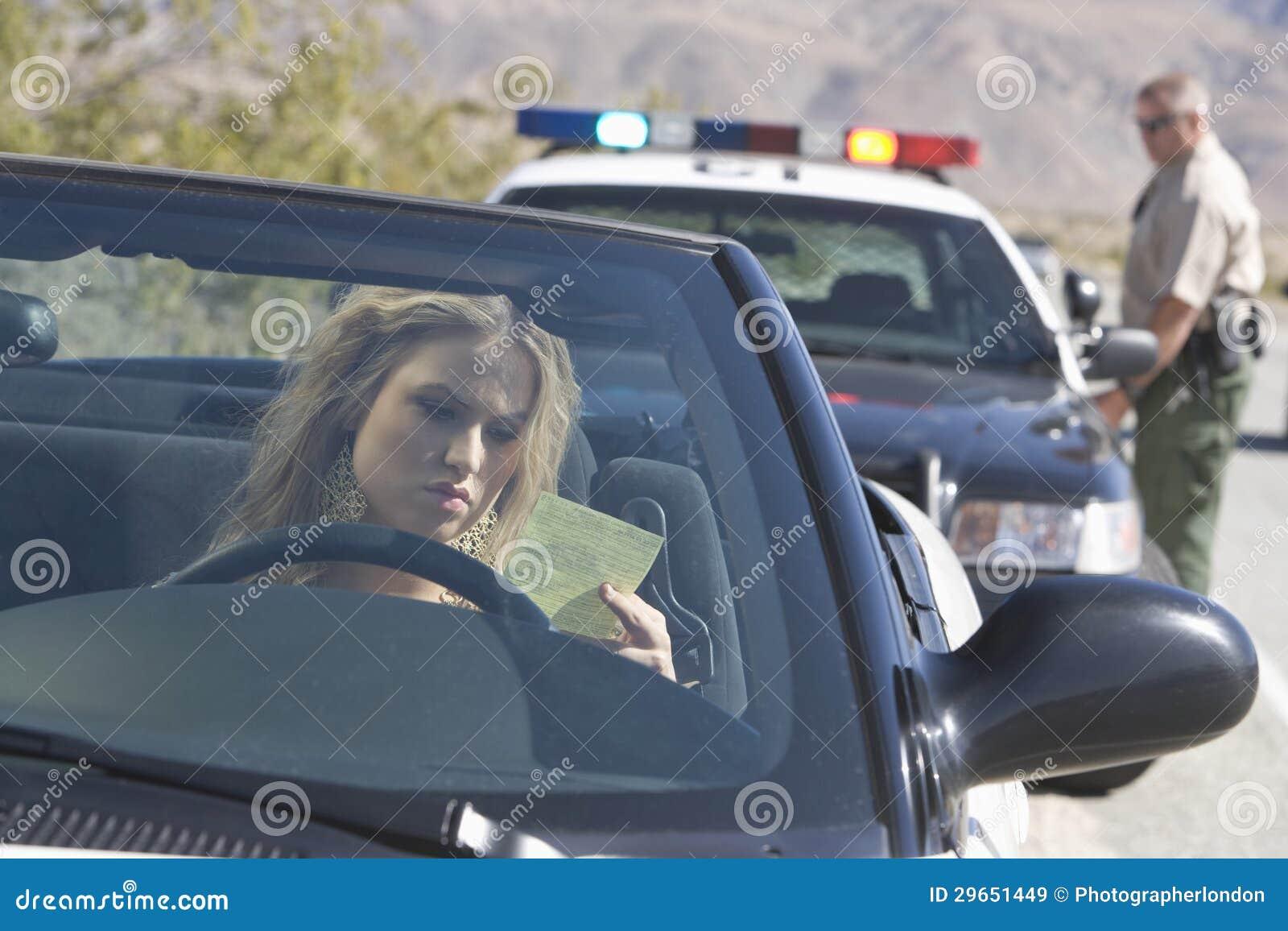 汽车读书票的少妇