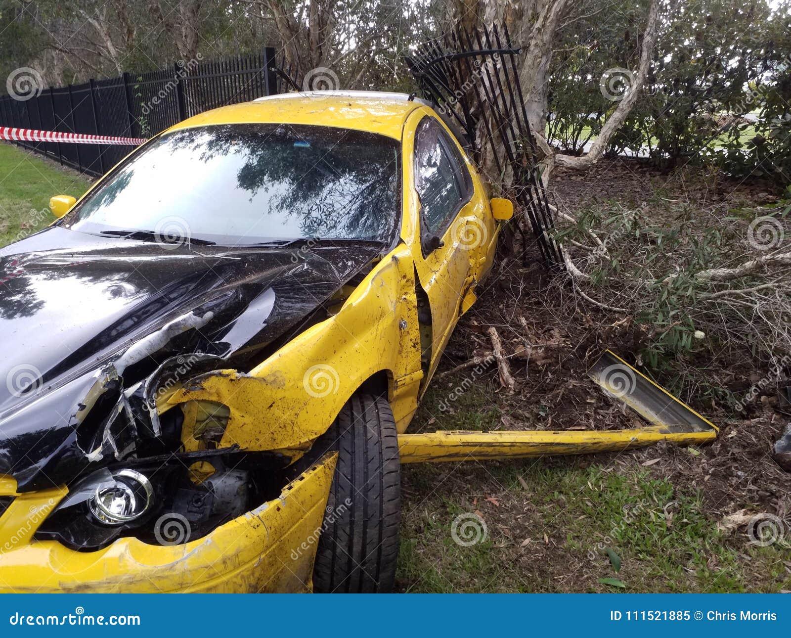 汽车afer事故在路的边的车祸 Tottaly损坏了 被击毁的汽车