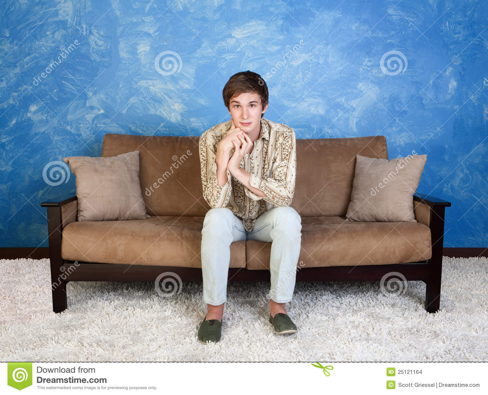 沙发的英俊的人