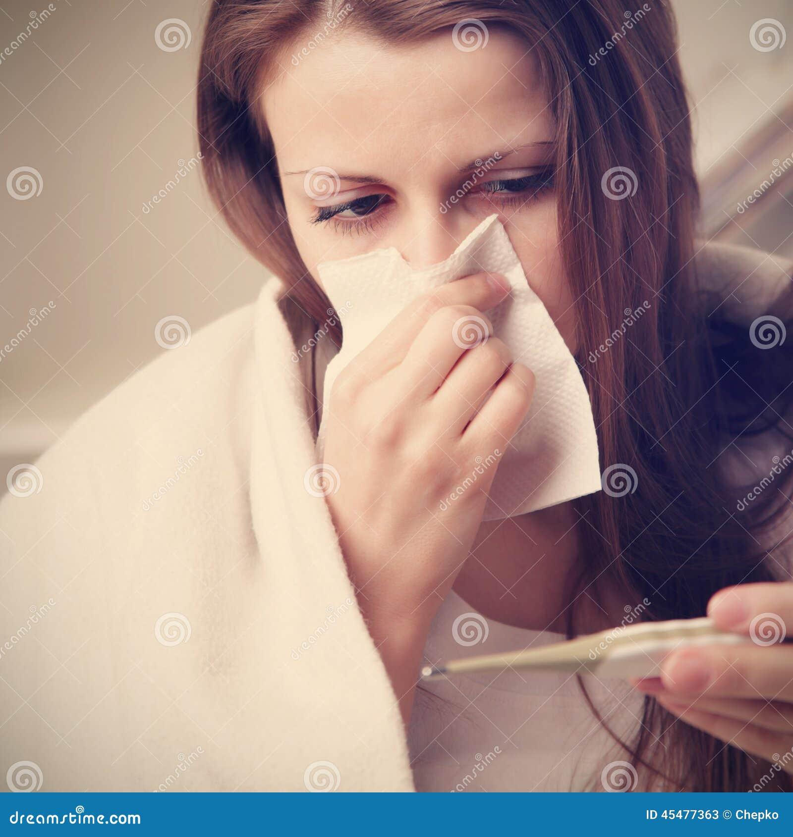 沙哑的女孩吹她的鼻子