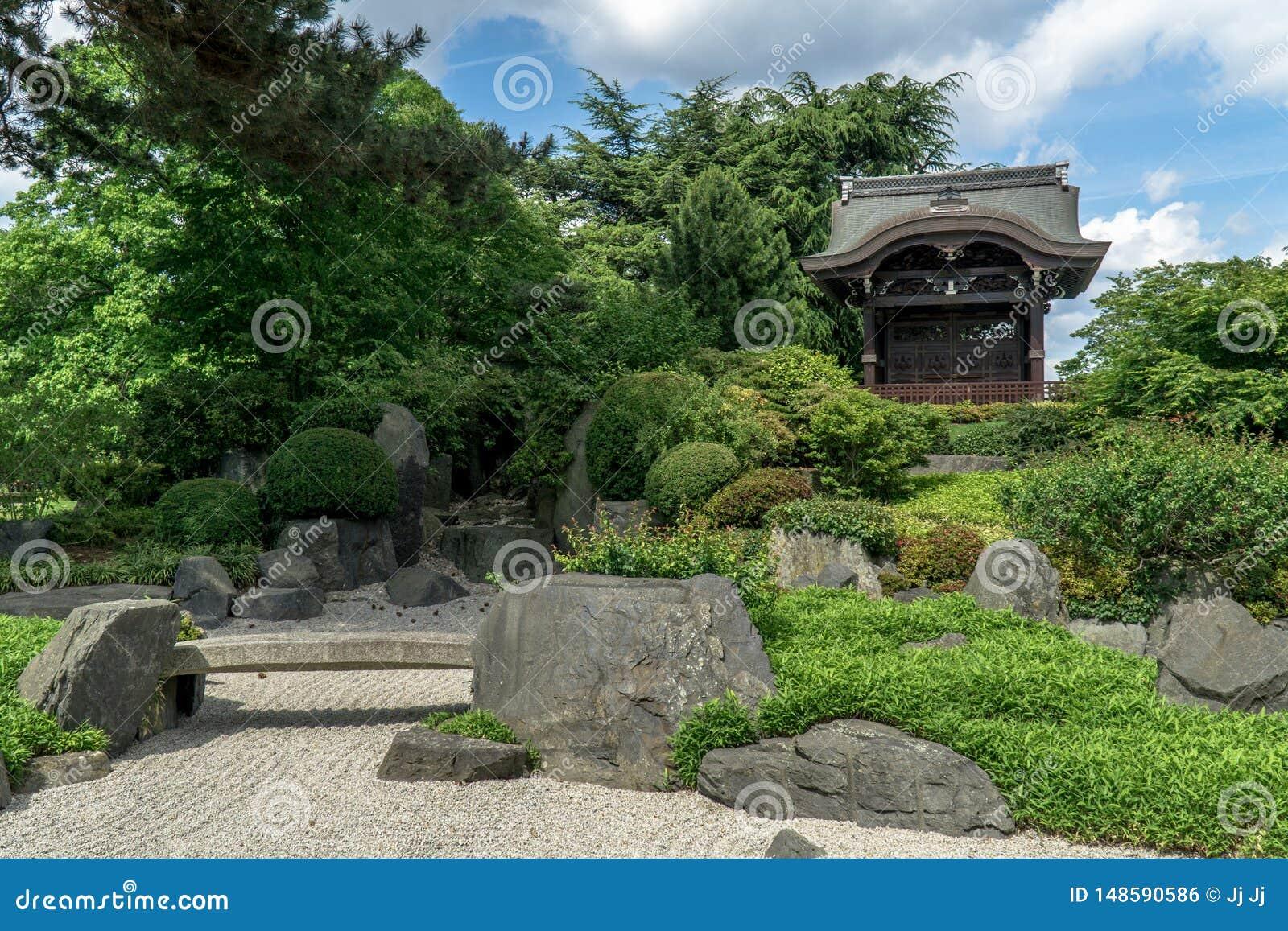 沙子和植物在寺庙旁边
