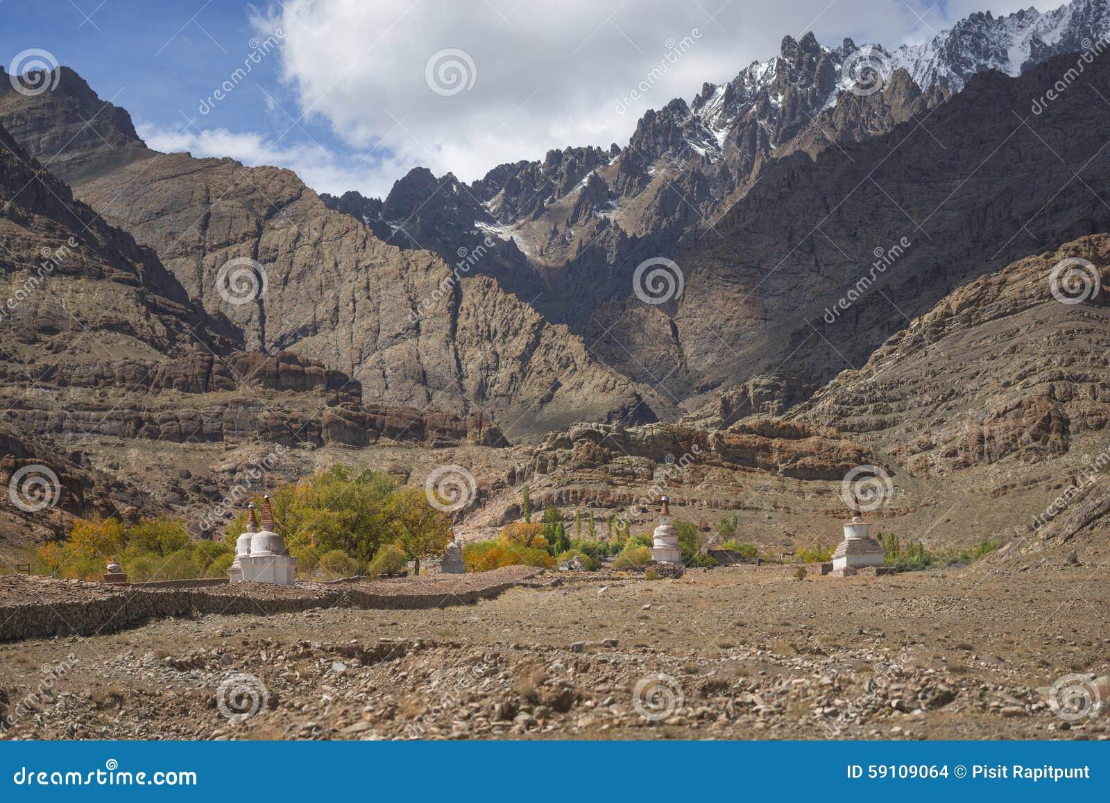 沙子山和stupa路旁风景看法在途中对Hemis修道院拉达克,印度