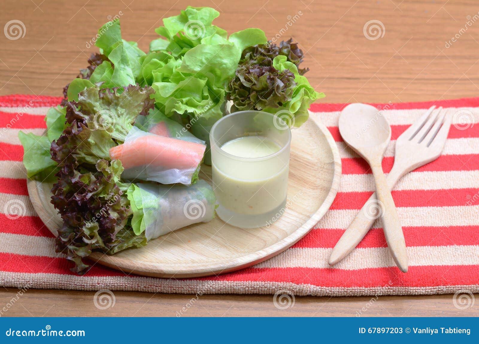 沙拉卷菜和螃蟹忠心于色拉调味品