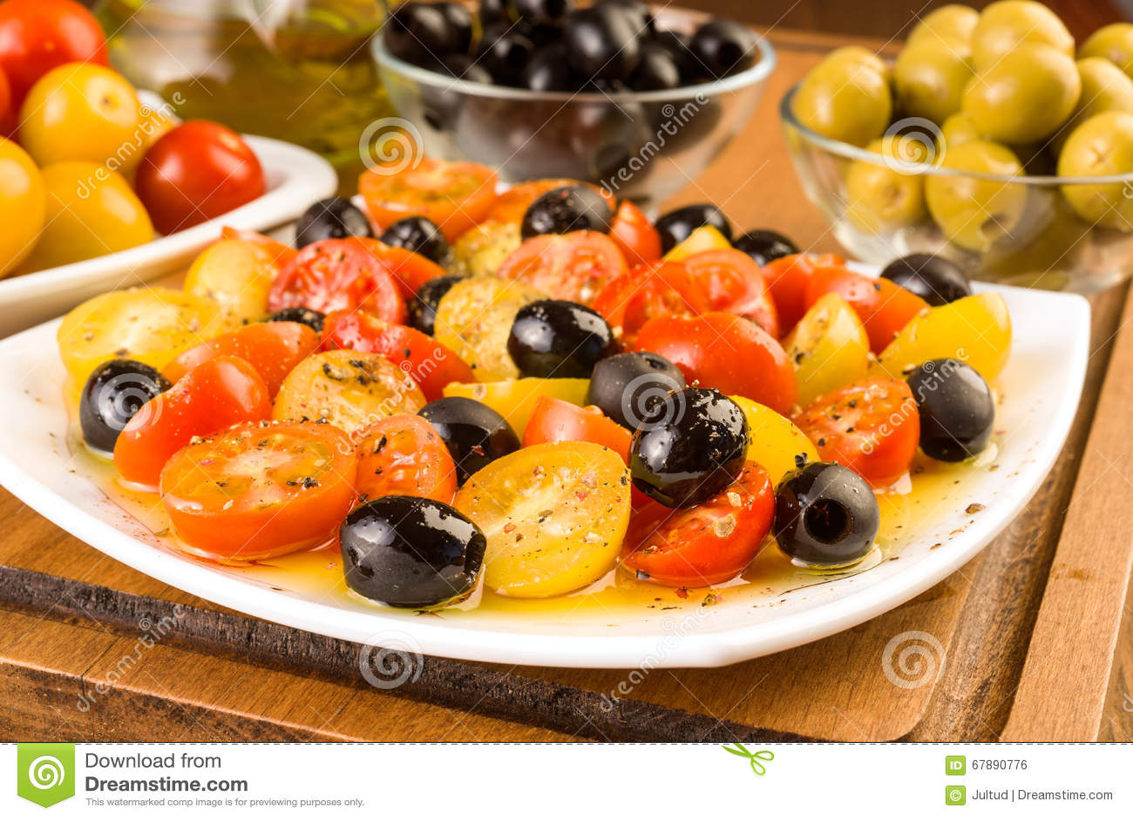 沙拉用西红柿和橄榄在木
