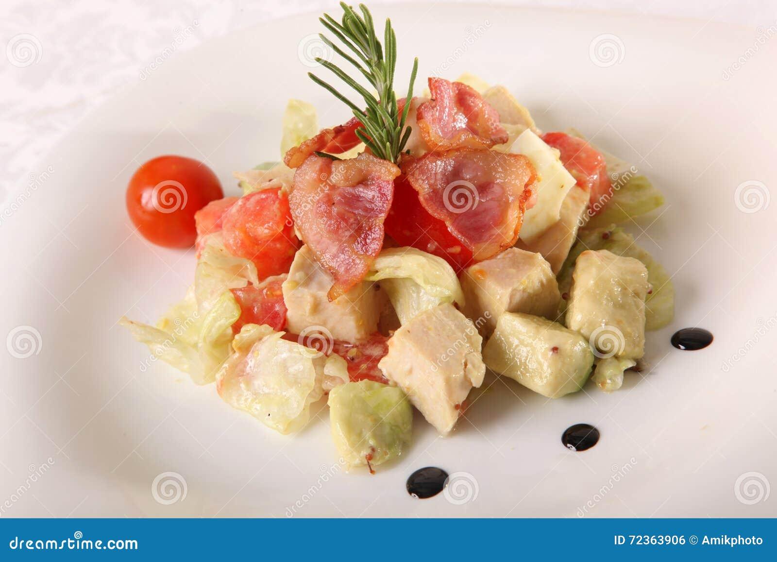 沙拉用鲕梨和烟肉