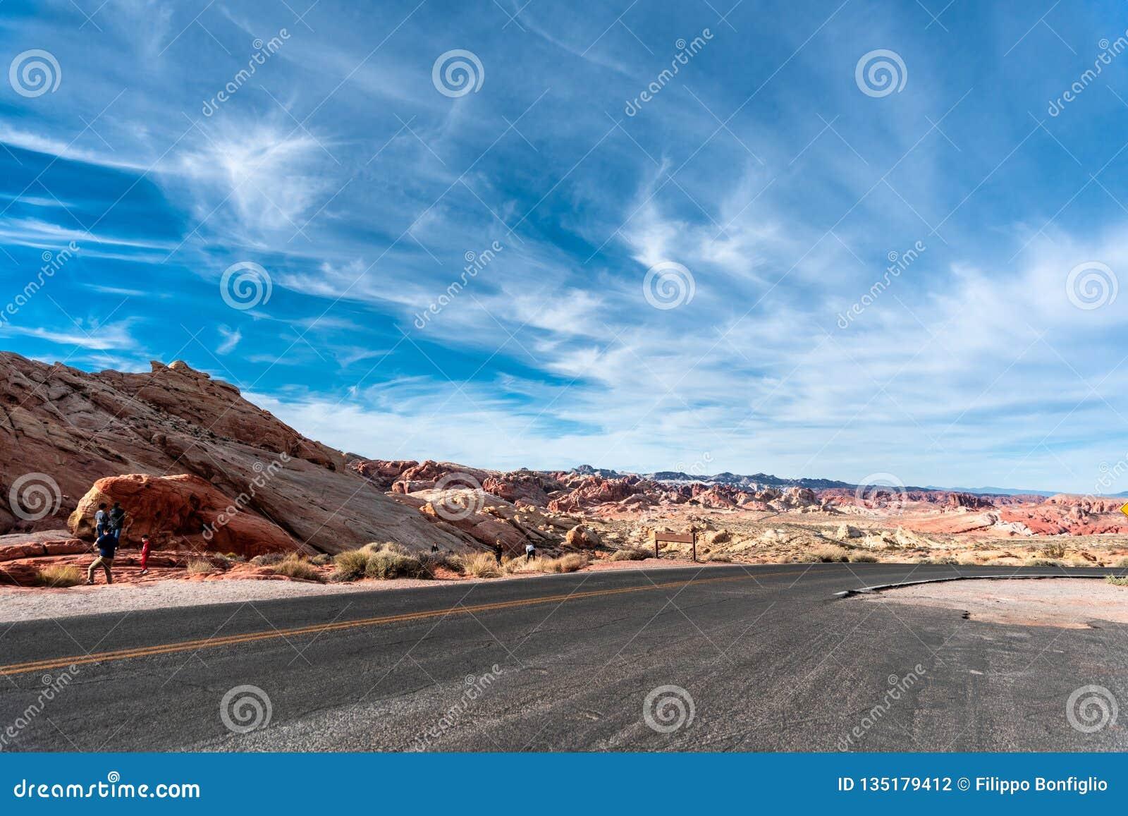 沙漠路通过火-内华达国家公园谷