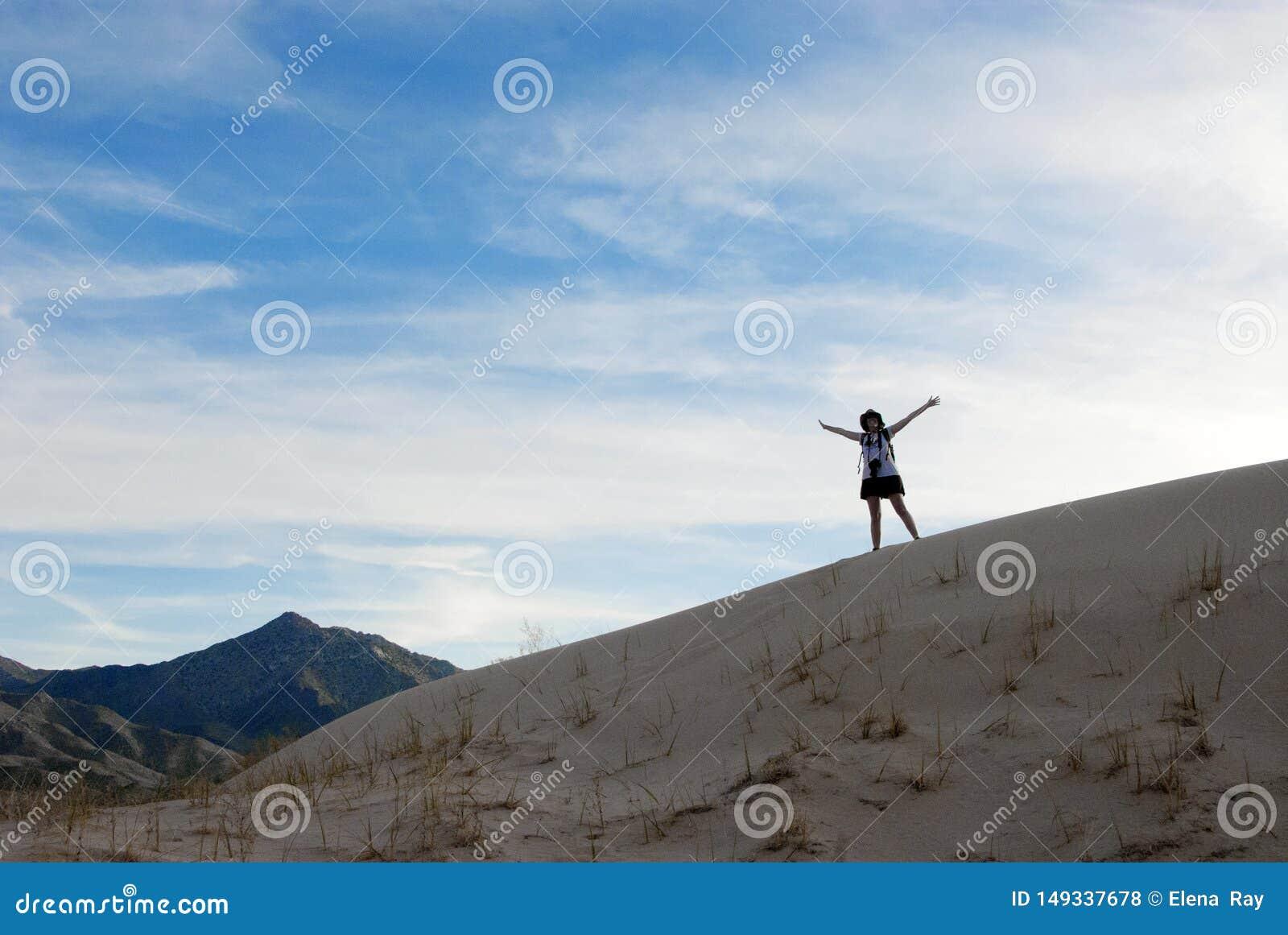 沙漠风景沙丘愉快的妇女