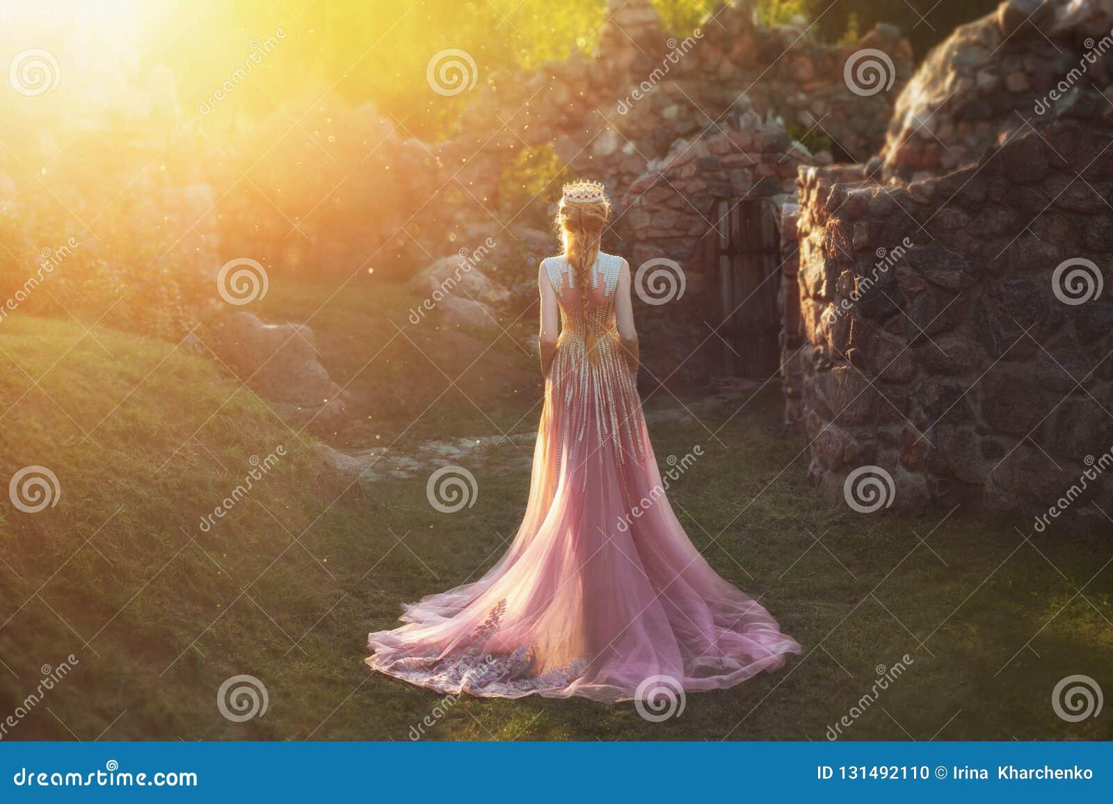 没有一张面孔的射击,从后面 有金发和冠的美妙的公主 佩带一惊人浅粉红色