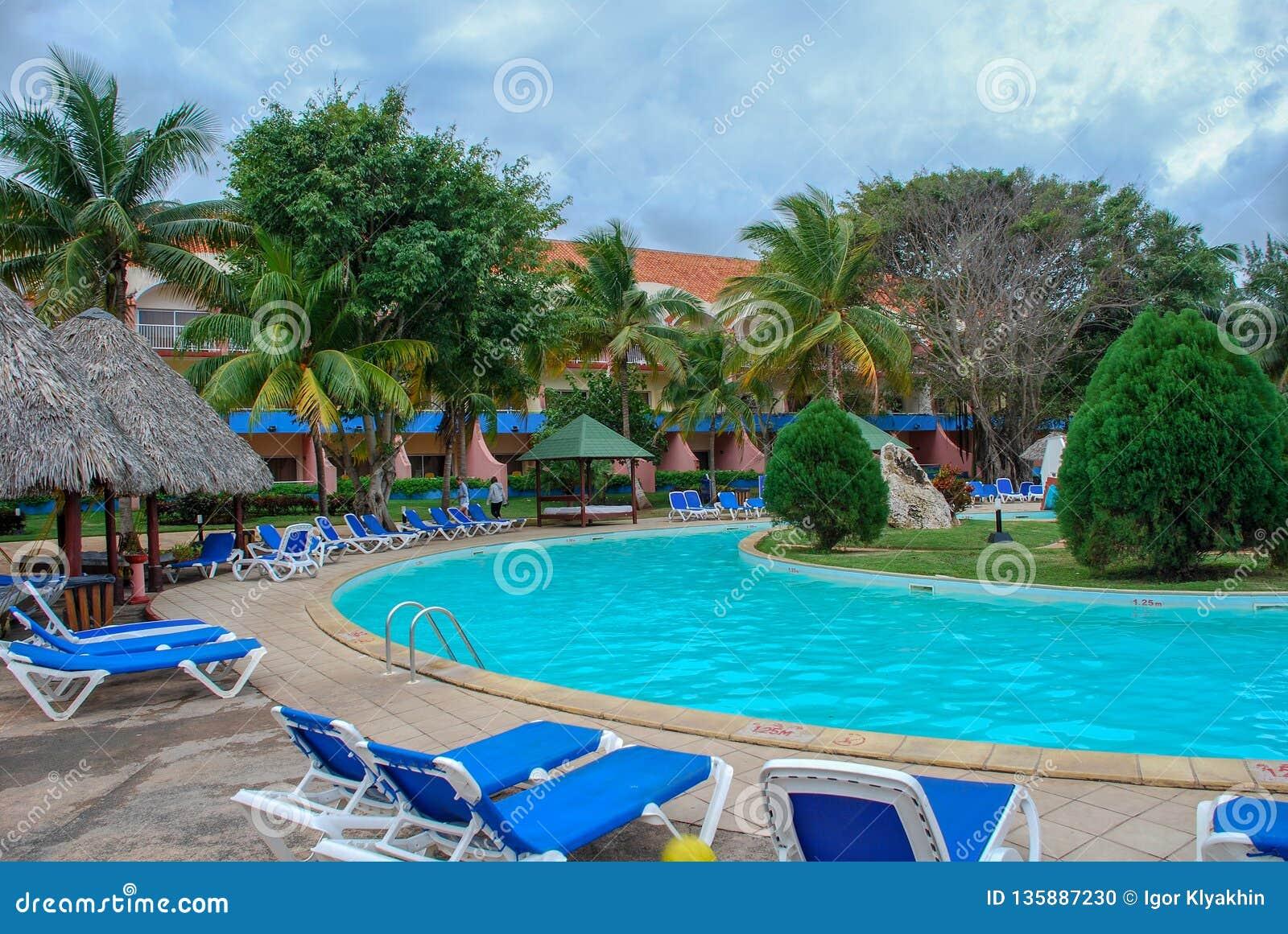 没有人的旅馆水池在热带