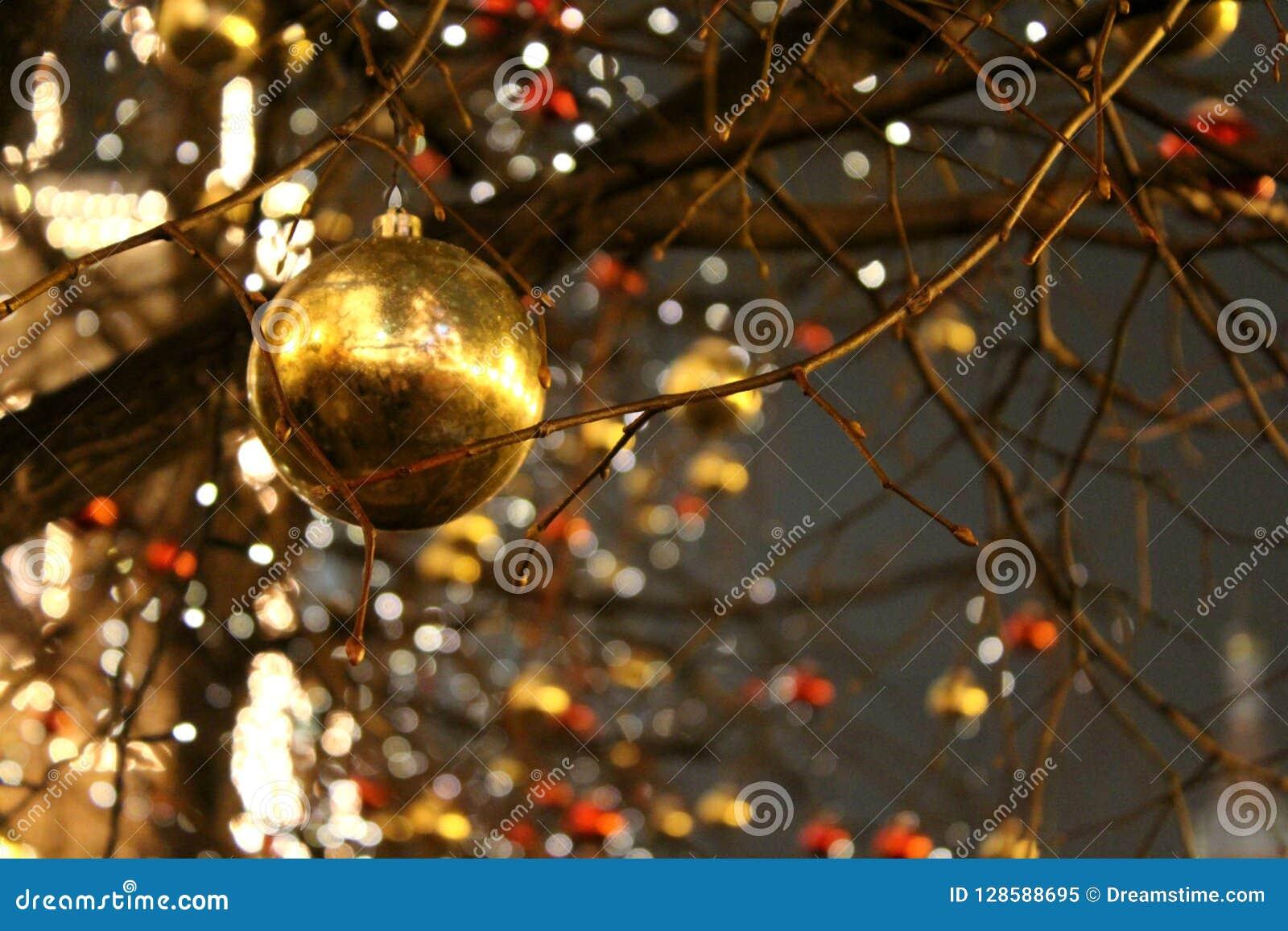 没有叶子的树用在红色和金子颜色特写镜头formof球的圣诞节装饰装饰