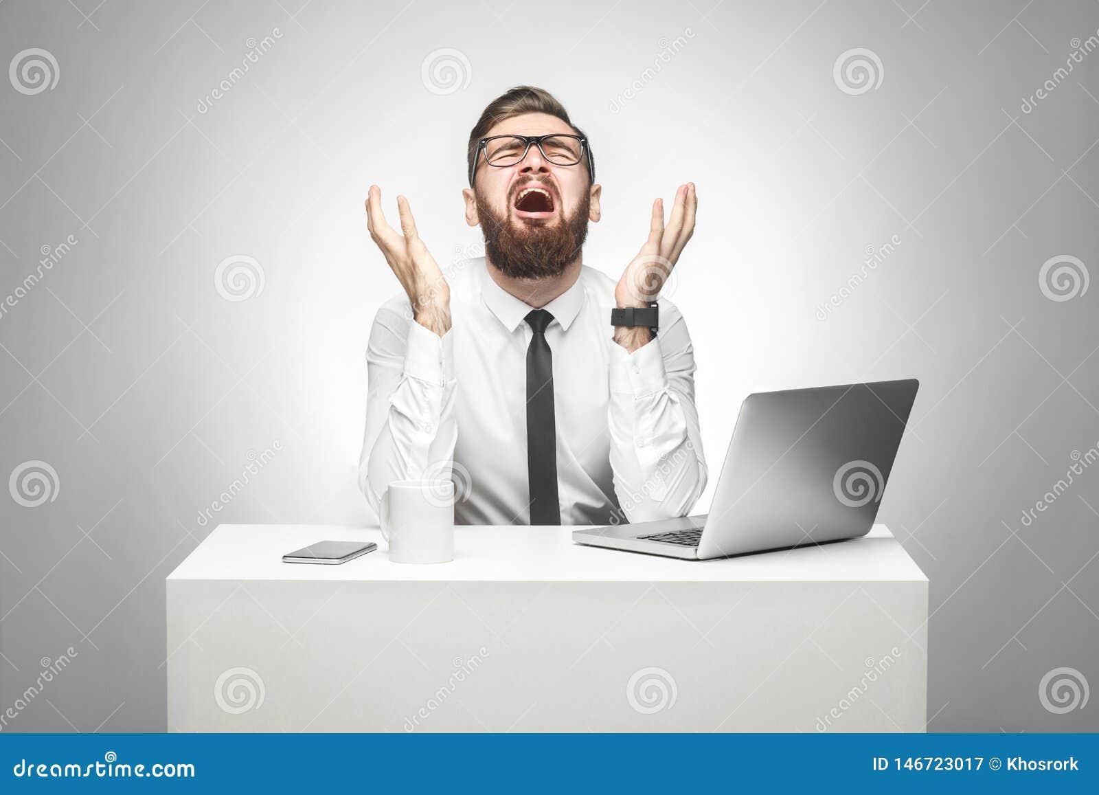 没门!情感害怕的年轻经理画象白色衬衫的和半正式礼服在办公室和尖叫和哭泣坐
