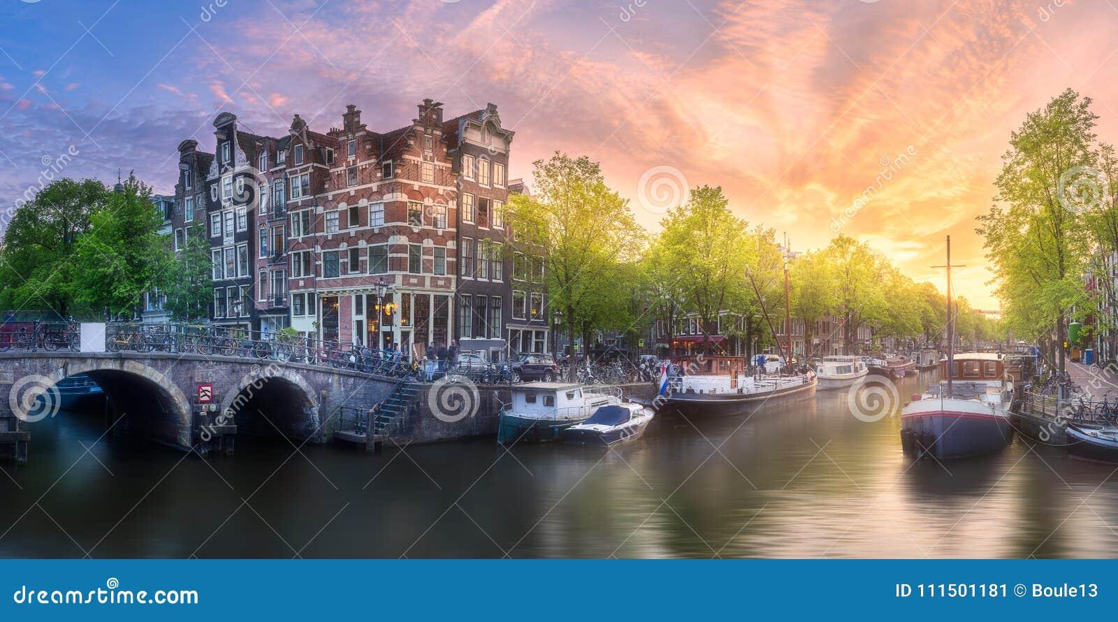 河、运河和传统老房子阿姆斯特丹