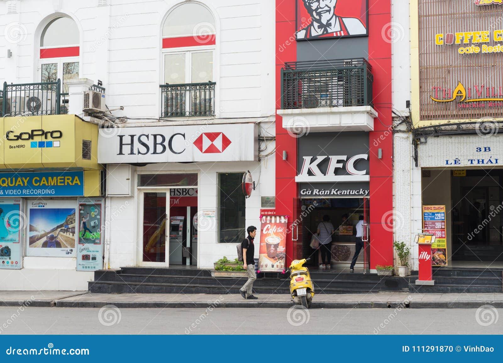 河内,越南- 2015年4月5日:汇丰停留在肯德基餐馆旁边的分部正面图在Le Thai To街道,在Hoan Kiem l旁边