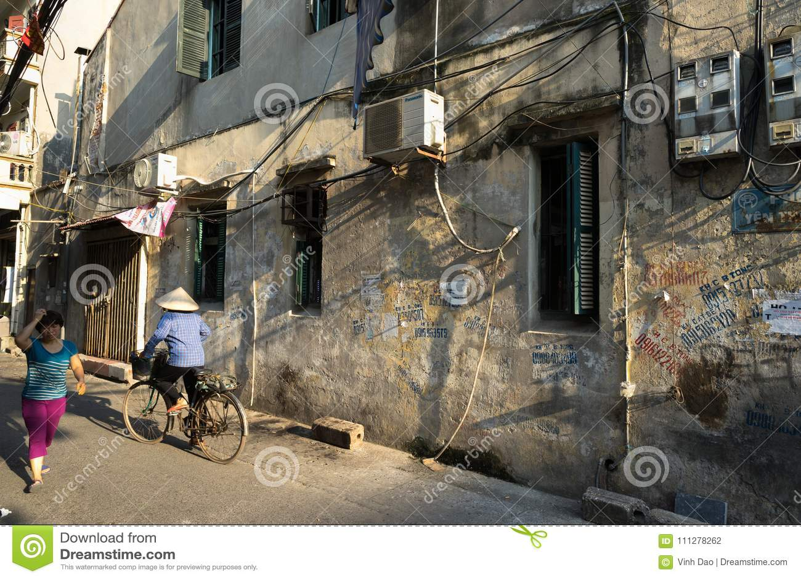 河内,越南- 2016年9月26日:老狭窄的胡同在Duong Thanh街道