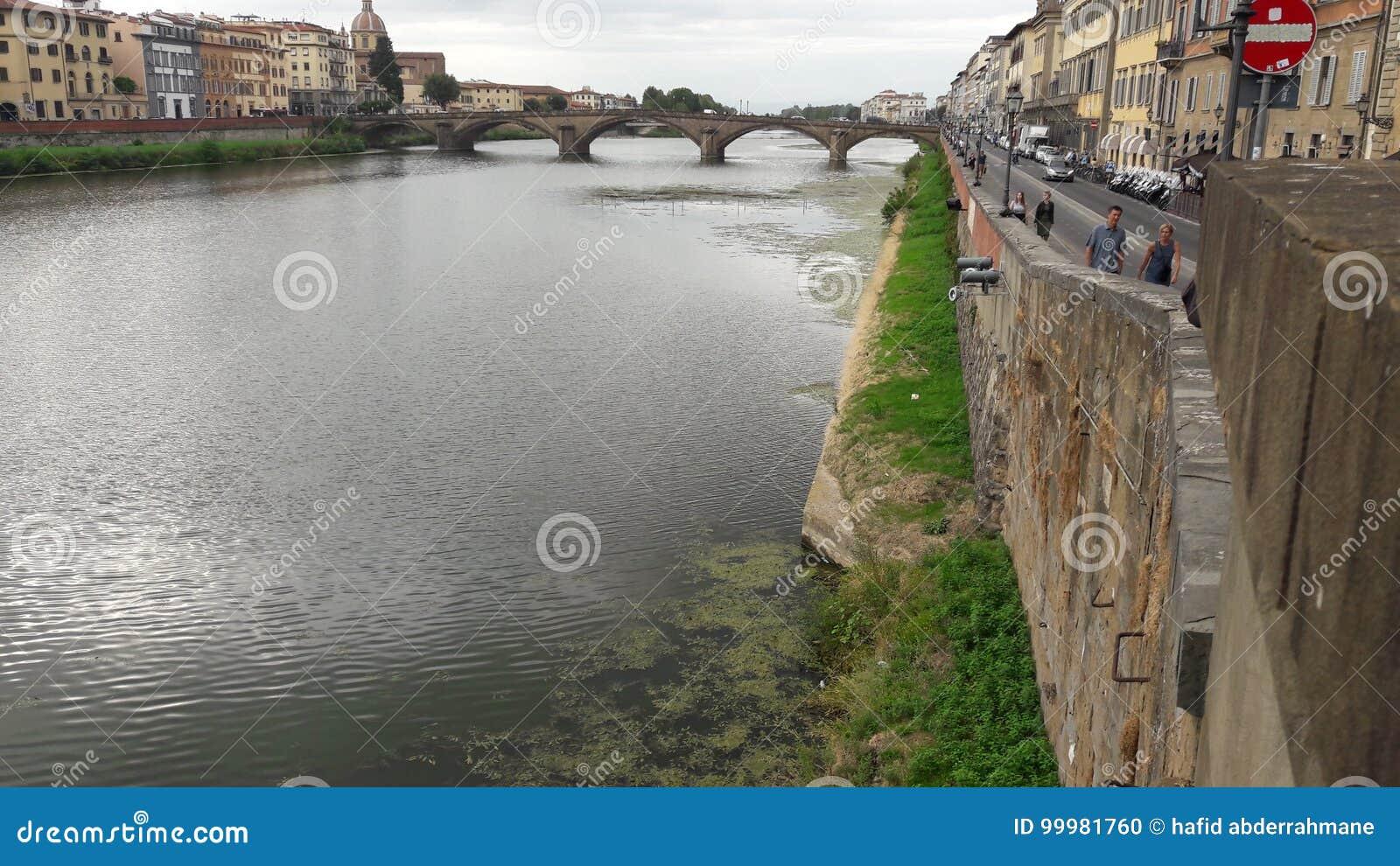 河在佛罗伦萨市