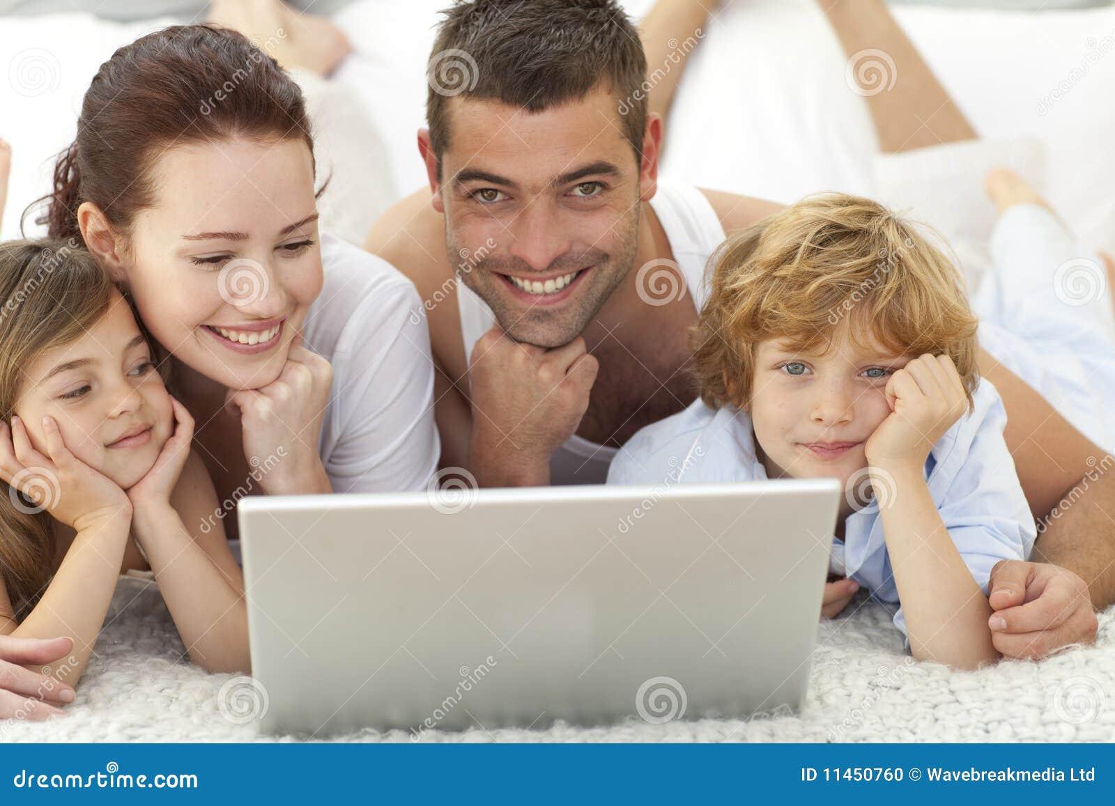 河床儿童膝上型计算机父项使用