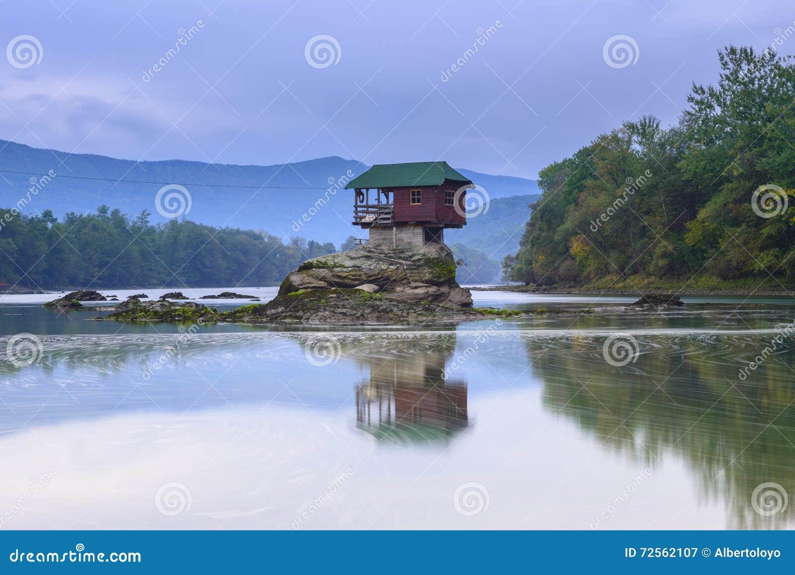河的德里纳河偏僻的房子在巴伊纳巴什塔,塞尔维亚