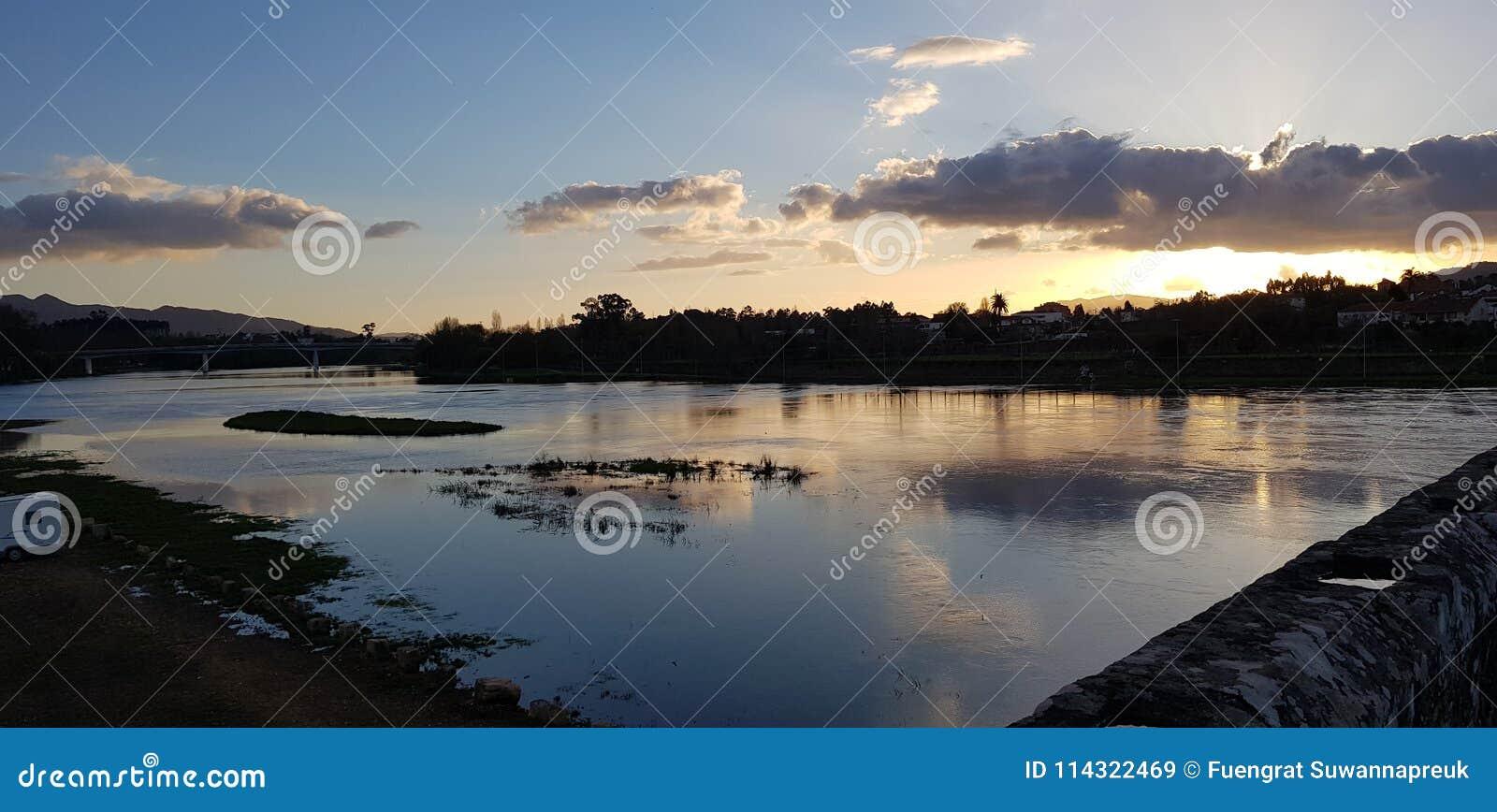 河边,当日落时