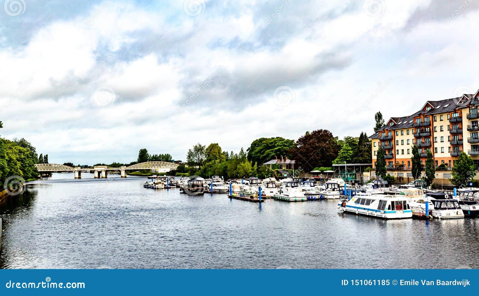 河香农的看法有小船的停住在有铁路桥的船坞在背景中