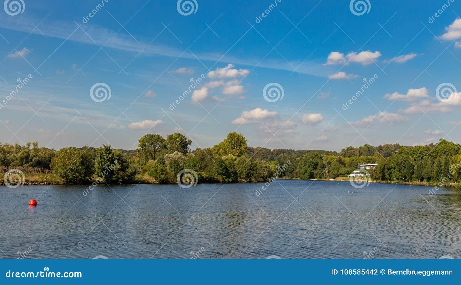 河鲁尔的河岸在Muelheim,德国附近的