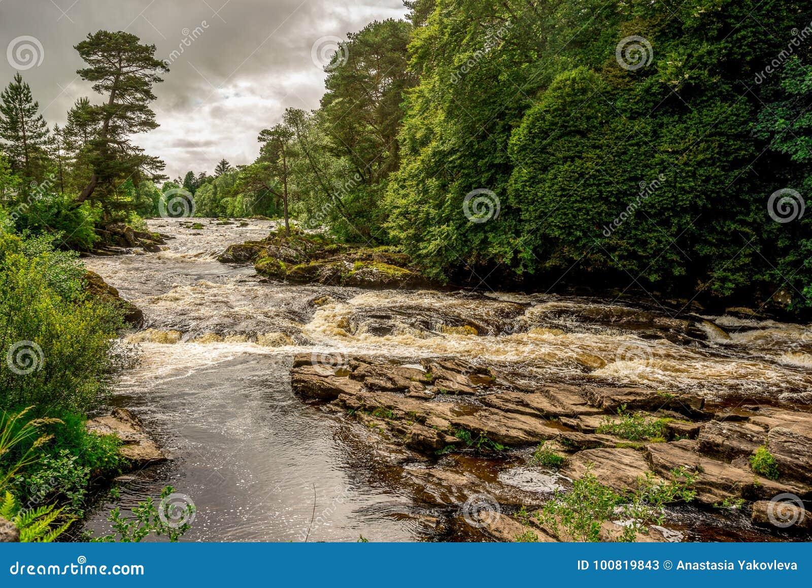 河Dochart的秋天在洛蒙德湖和Trossachs国家公园,中央苏格兰