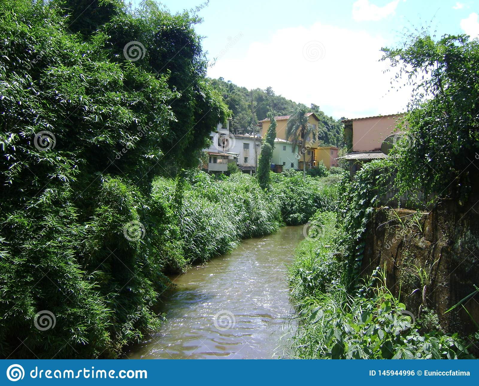 河São João在BarA£oo与污水和竹种植园的de Cocais,在边