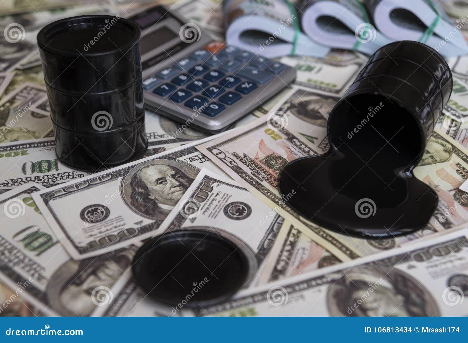 油和桶 在金钱美元货币之上的被倾倒的油