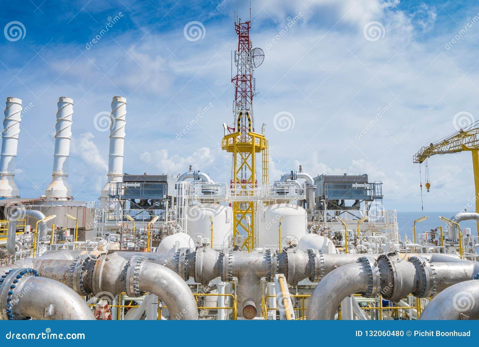 油和煤气中央处理平台在甲板地板顶部