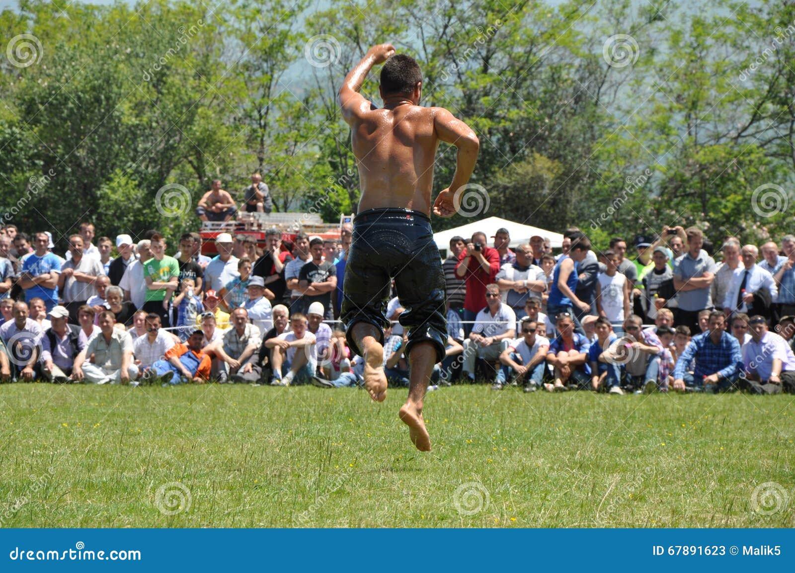 油摔跤手跳舞