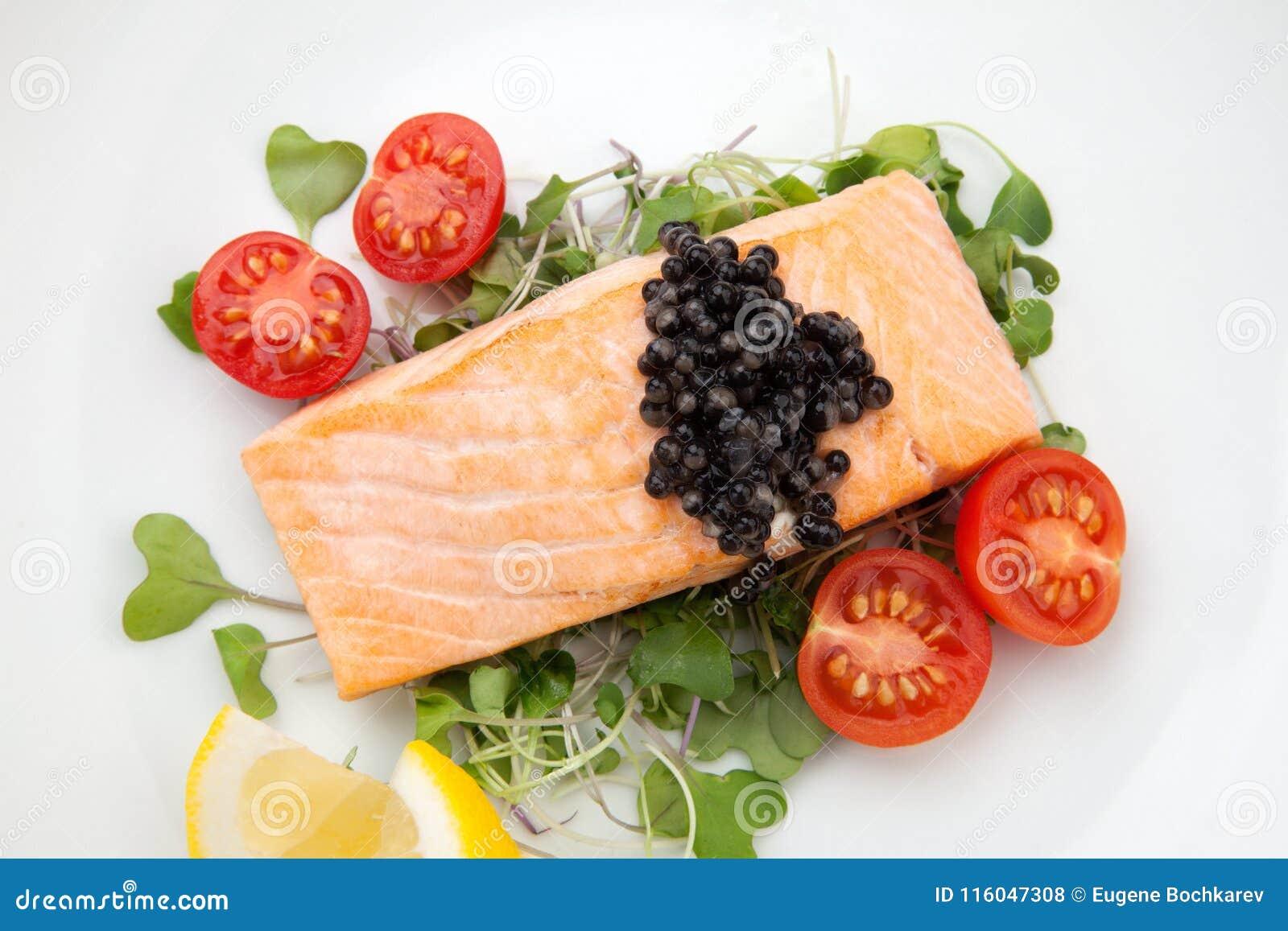 油煎的三文鱼用黑鱼子酱