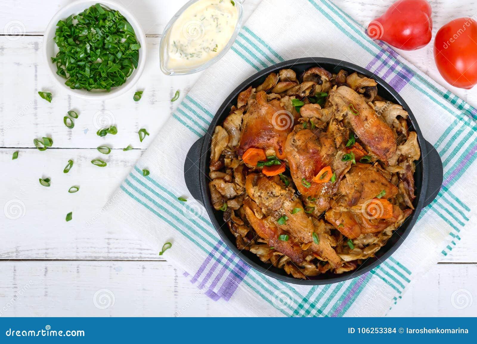 油煎的兔子片断与森林的在铸铁煎锅采蘑菇