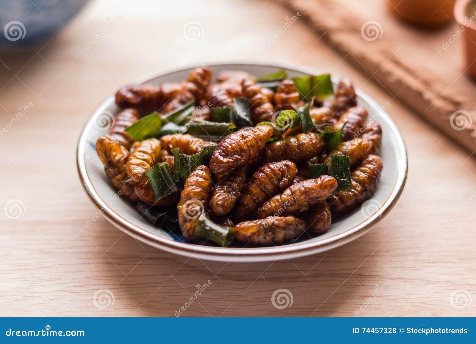 油煎的昆虫-木蠕虫昆虫酥脆与pandan在油煎以后