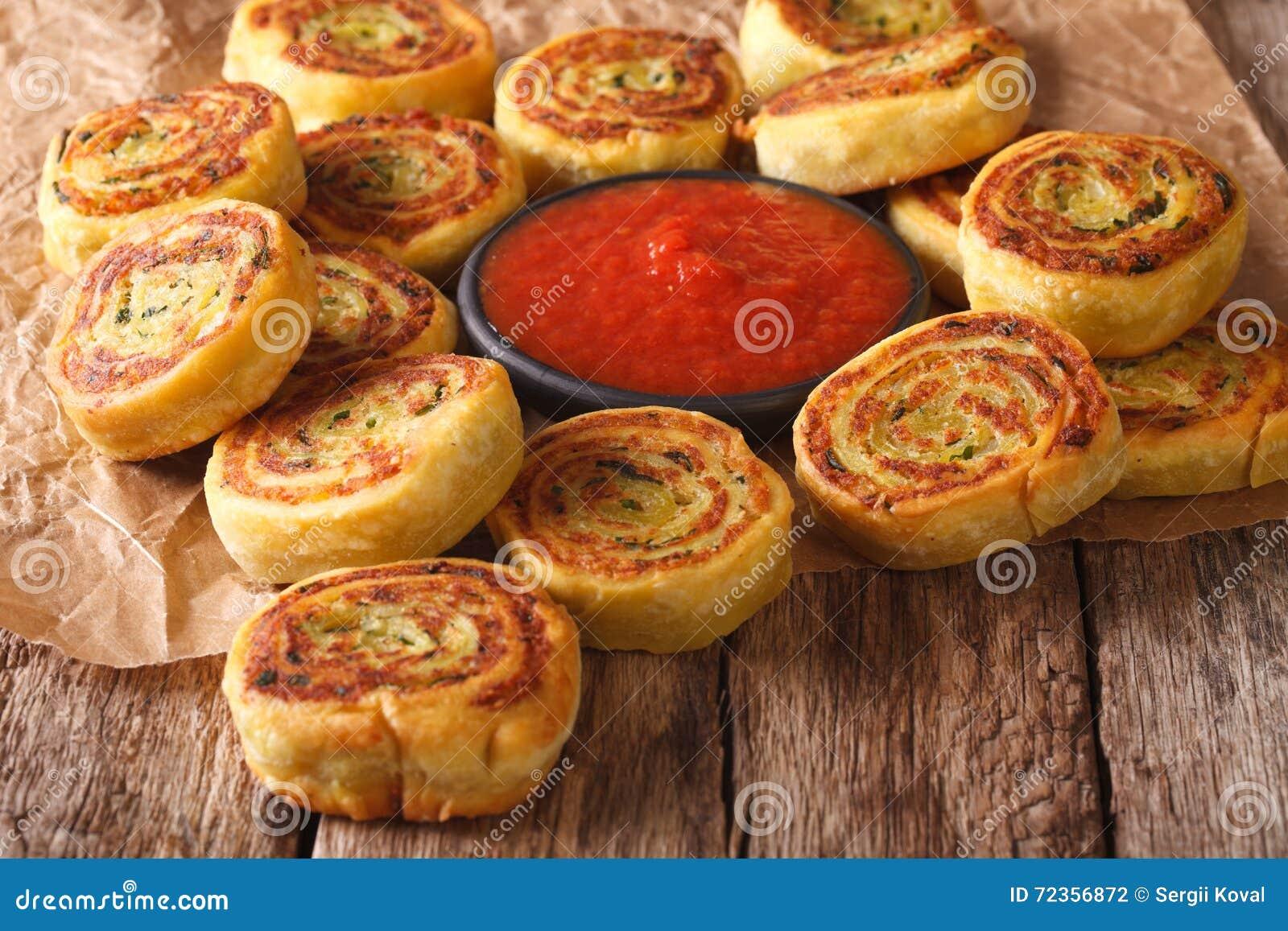 油煎的辣土豆卷和西红柿酱特写镜头 水平