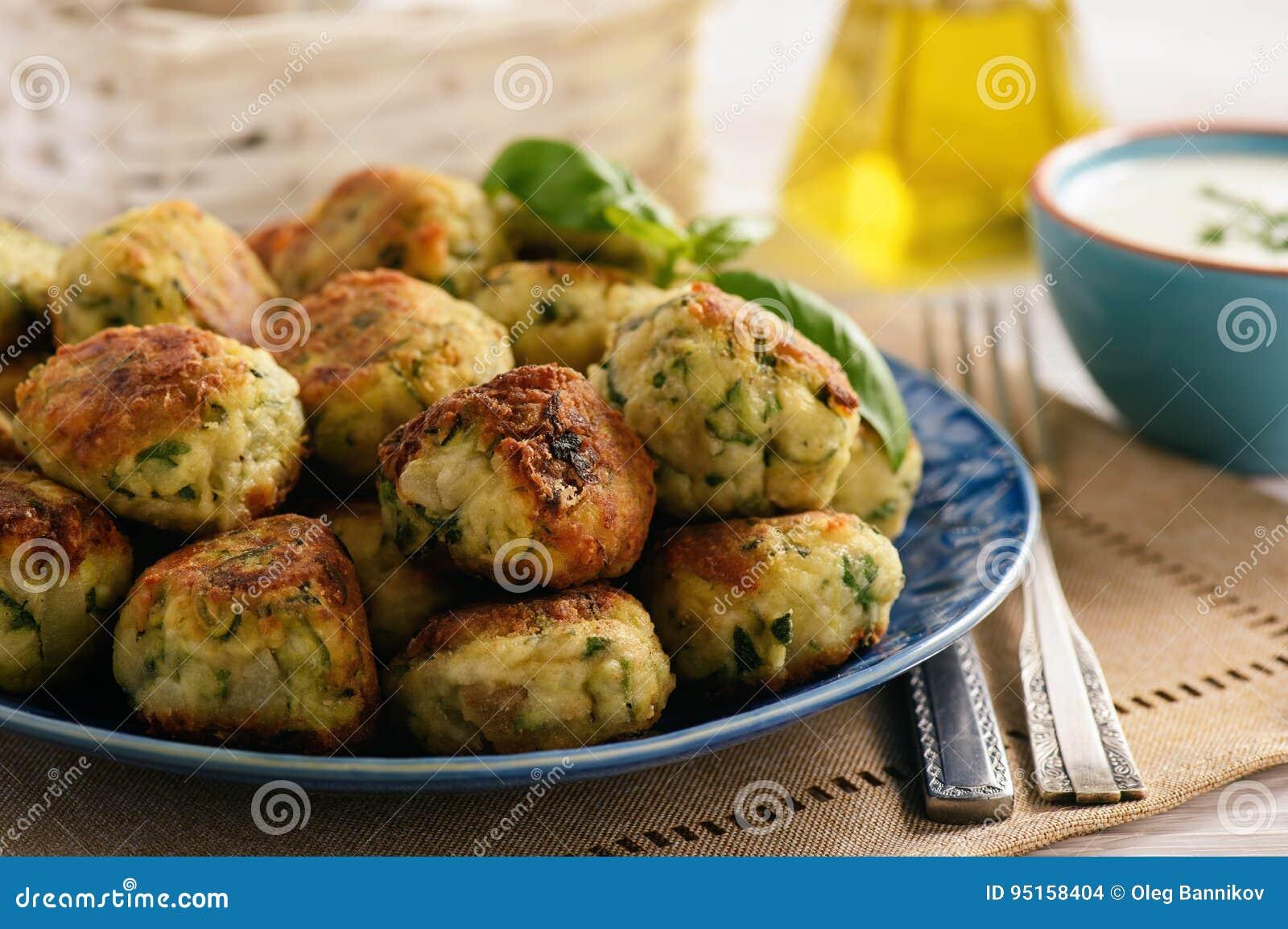 油煎的酥脆夏南瓜球用希腊白软干酪素食主义者食物