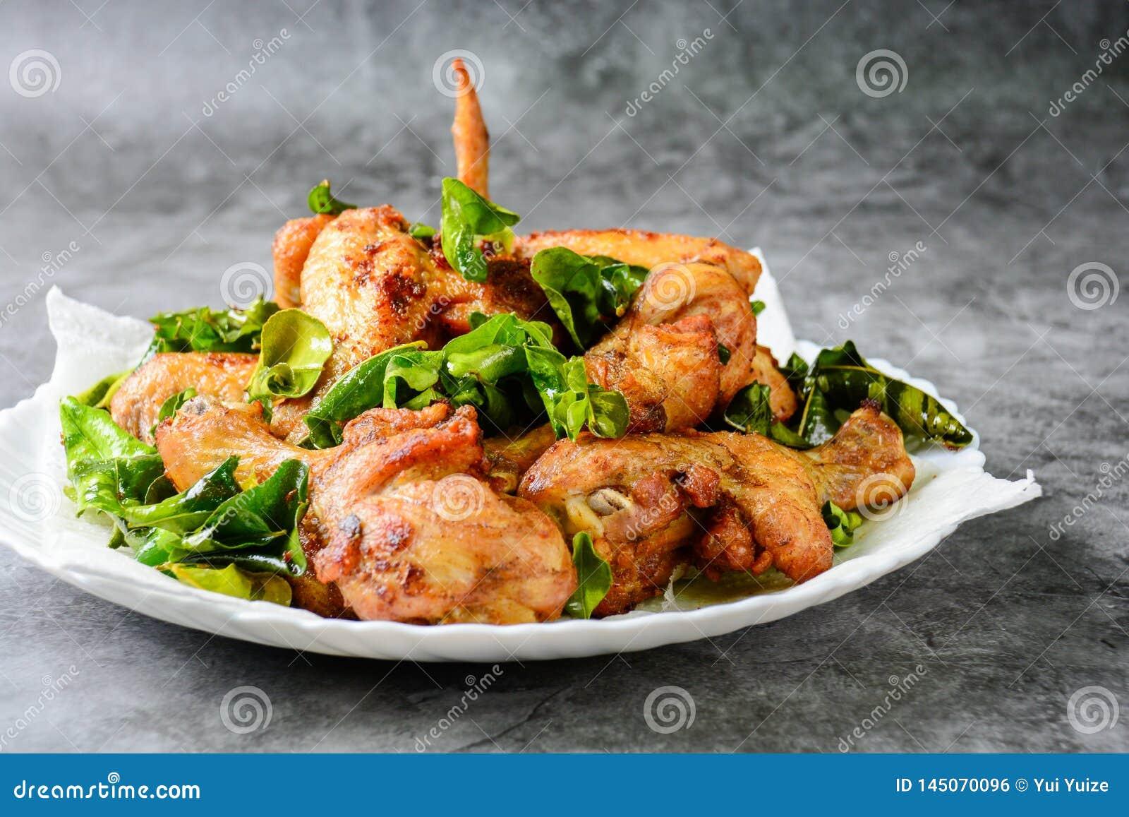 油煎的酥脆鸡翅用草本