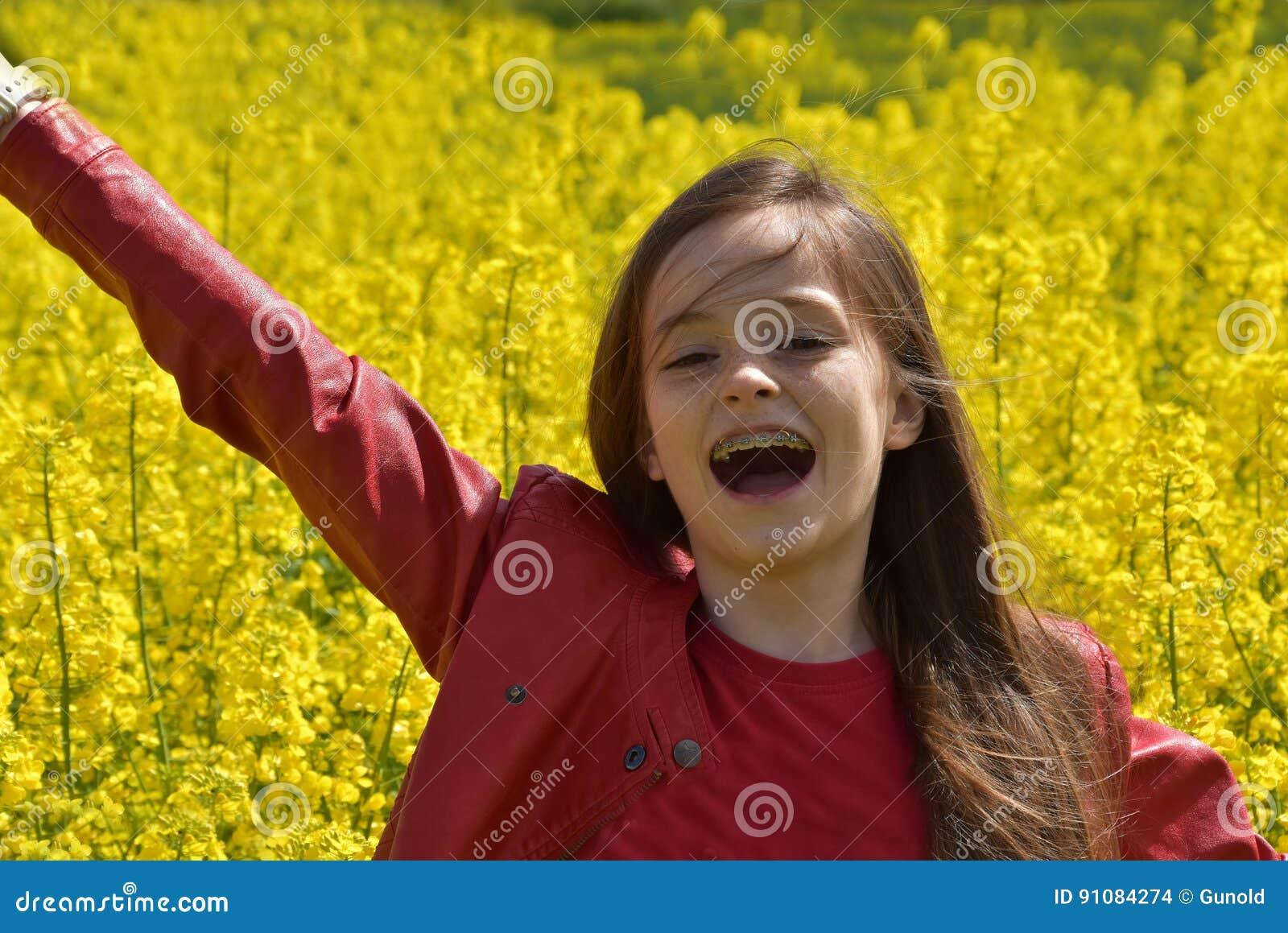 油菜领域的女孩