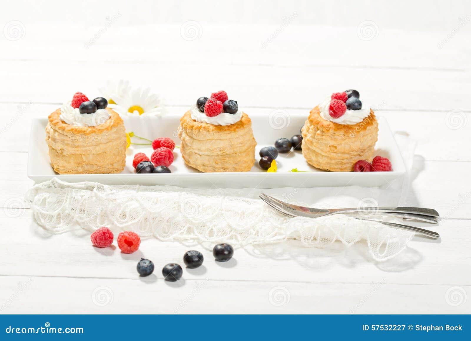 油酥点心用香草冰淇凌和奶油、蓝莓和r