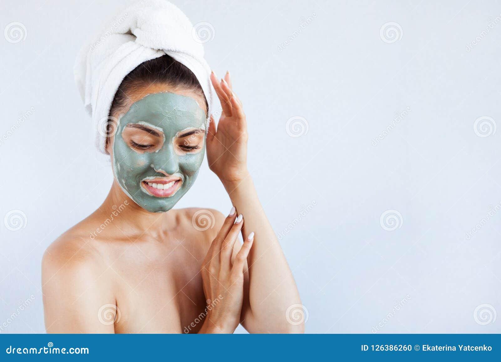 治疗蓝色泥面罩的年轻美丽的妇女  温泉
