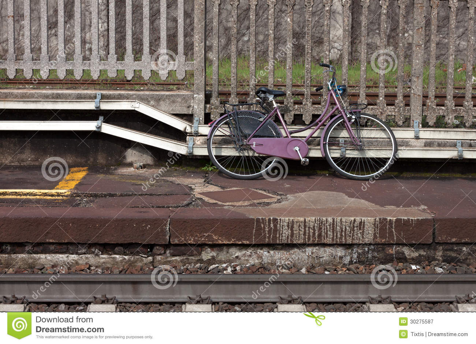 沿轨道的被放弃的紫罗兰色自行车