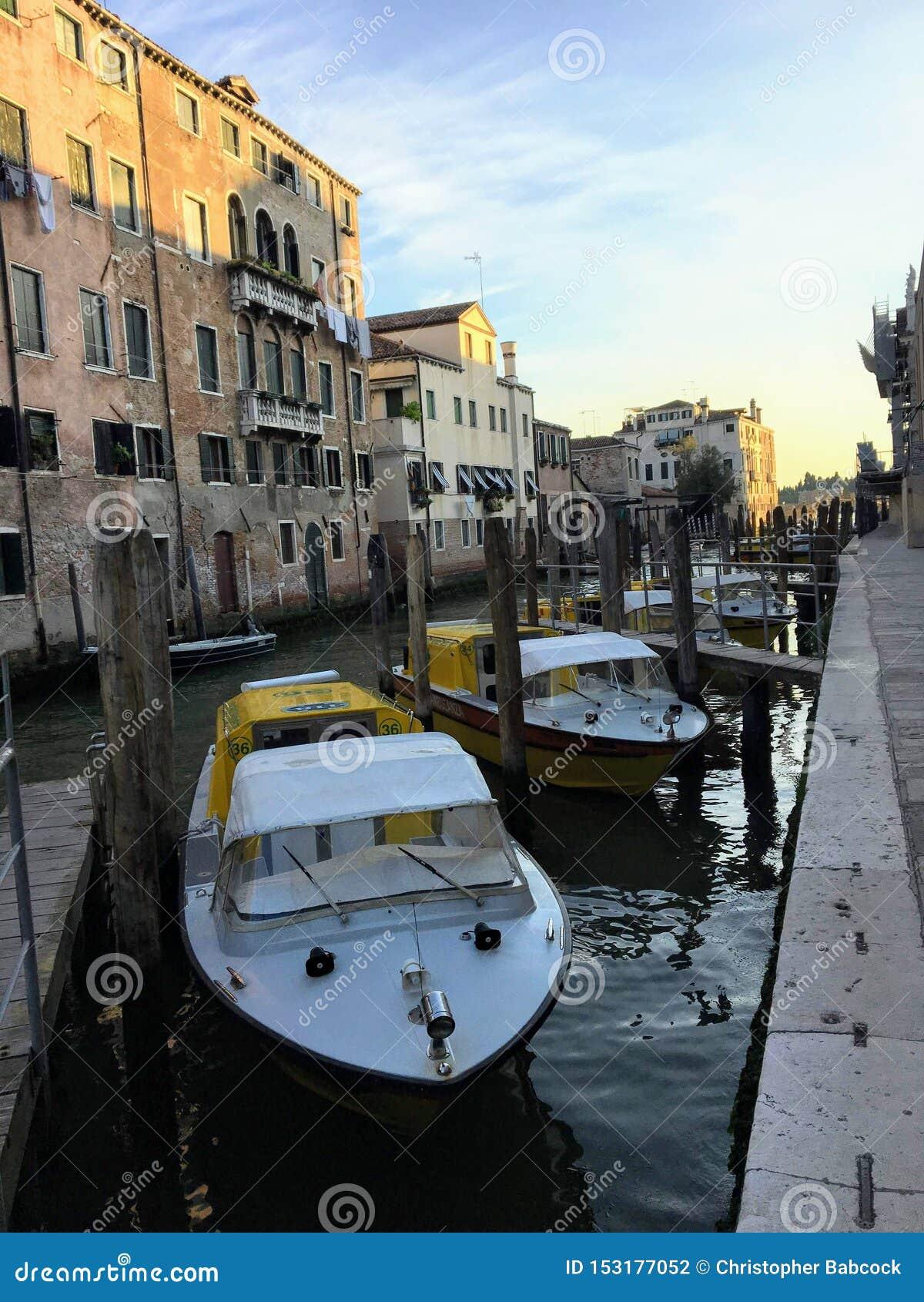 沿一条运河靠码头的威尼斯式水救护车小船行医院外在威尼斯,意大利在一个安静的夏天早晨