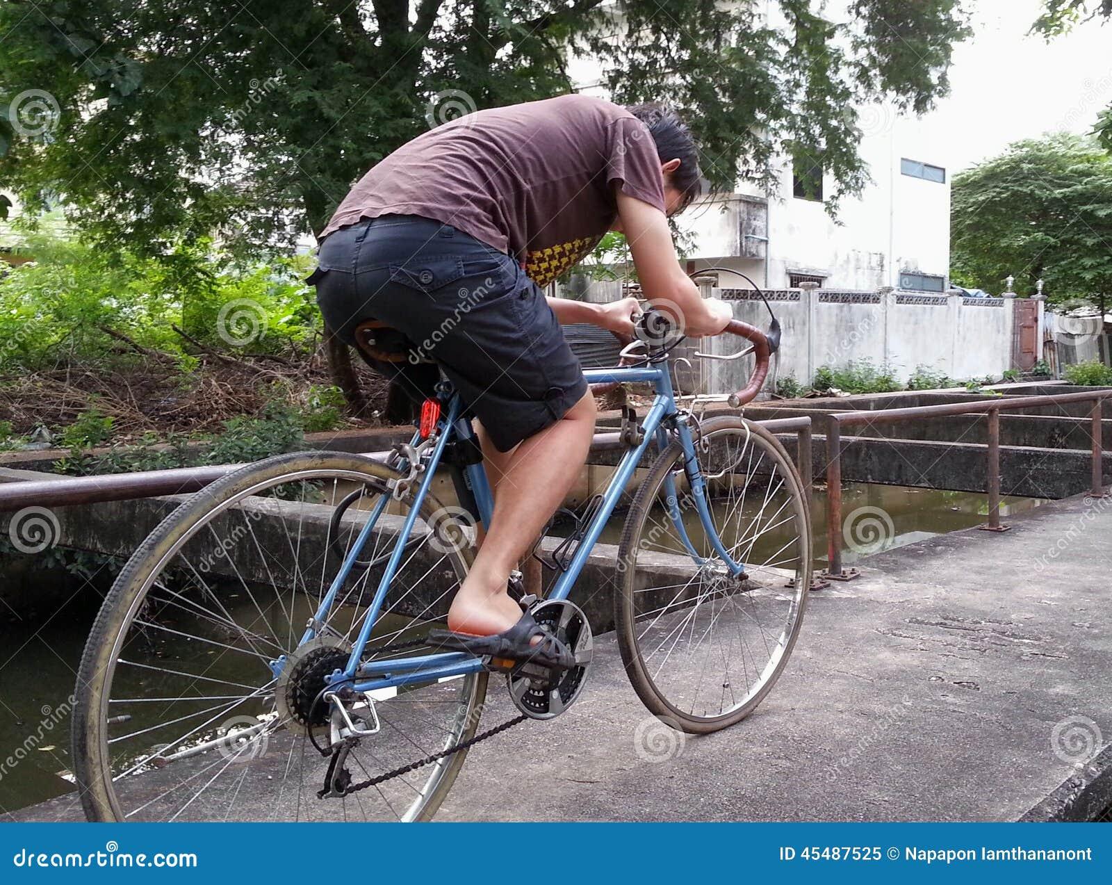 沿小河的骑马自行车