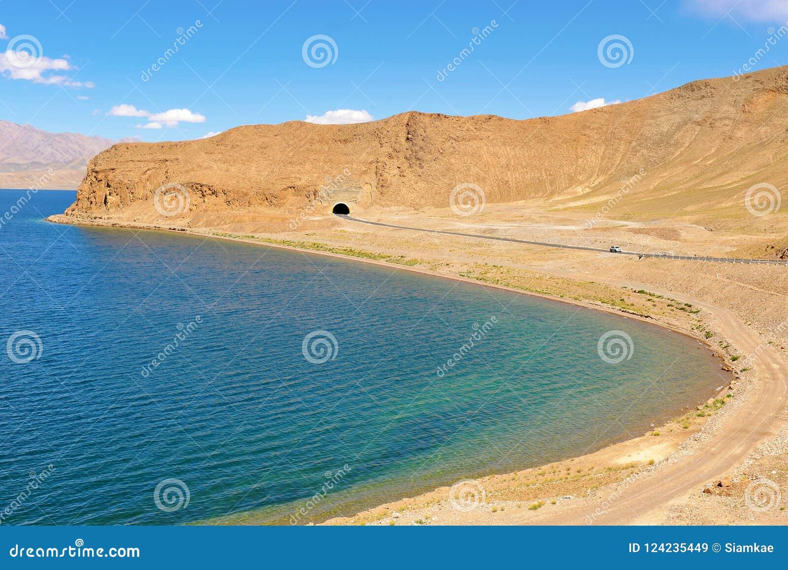 沿山湖的高速公路在西藏
